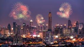 烟花打开在天空的展示在曼谷市街市 免版税图库摄影