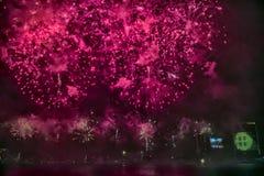 烟花抽象,模糊, bokeh式五颜六色的照片在河上的在新年 库存图片