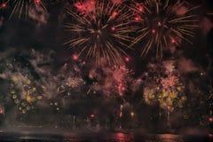 烟花抽象,模糊, bokeh式五颜六色的照片在河上的在新年 免版税库存照片