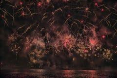 烟花抽象,模糊, bokeh式五颜六色的照片在河上的在新年 库存照片