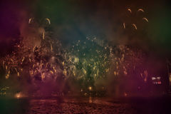 烟花抽象,模糊, bokeh式五颜六色的照片在河上的在新年 免版税图库摄影