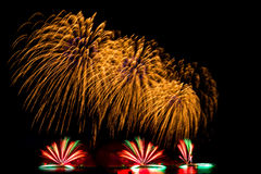 烟花新年庆祝-美丽的五颜六色的烟花isol 库存照片