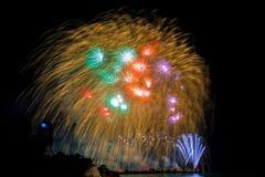 烟花新年庆祝-美丽的五颜六色的烟花isol 图库摄影