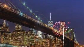 烟花显示与曼哈顿中间地区摩天大楼和地平线在晚上纽约 影视素材