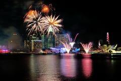 烟花显示在国庆节游行(NDP)排练期间2013年 库存图片