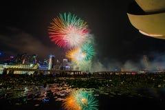 烟花显示在国庆节游行(NDP)预览期间2014年 库存照片