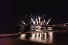 烟花显示,在沿海岸区的夜展示,烟火的节日 安地比斯胡安les别针 库存照片