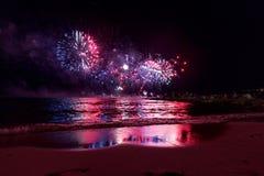烟花显示,在沿海岸区的夜展示,烟火的节日 安地比斯胡安les别针 免版税图库摄影