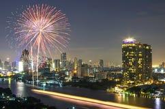 烟花有曼谷都市风景在暮色场面, t的河视图 库存照片