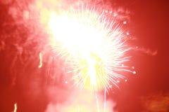 烟花点燃了火花,很美丽在夜节日 库存图片