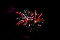 烟花烟花庆祝红色绿色紫色桃红色 免版税库存照片