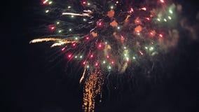 烟花照亮与使目炫显示的天空