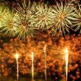 烟花照亮与使目炫显示的天空 免版税图库摄影