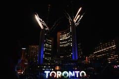 烟花照亮多伦多天空,泛美航空比赛闭幕式 免版税库存图片