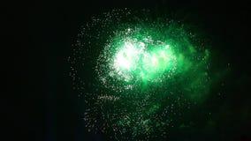 烟花绿色闪光  在夜空的五颜六色的烟花 许多闪光 股票视频