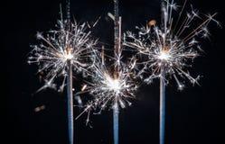 烟花,闪烁发光物,破裂反对黑背景 免版税库存照片