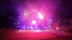 烟花 火显示 男孩和女孩在夜发光的鞋子跳舞 第24部分 影视素材