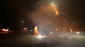 烟花 火显示 男孩和女孩在夜发光的鞋子跳舞 第17部分 股票视频