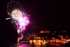 烟花 Monterosso Al母马 Cinque Terre,利古里亚, Cinque Terre,即Riomaggiore五个村庄的Italy.Crowded轮渡运载的游人, Manarola、Corniglia、Vernazza和Monterosso. 库存照片