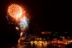 烟花 Monterosso Al母马 Cinque Terre,利古里亚, Cinque Terre,即Riomaggiore五个村庄的Italy.Crowded轮渡运载的游人, Manarola、Corniglia、Vernazza和Monterosso. 免版税库存图片