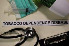 烟草与启发的依赖性疾病和医疗保健/医疗概念在书桌背景 免版税图库摄影