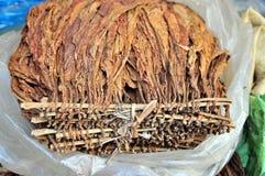 烟草叶子是待售在一个地方市场上在越南 库存图片