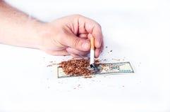烟草尼古丁是在流失下的金钱 库存照片