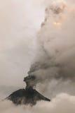 烟从通古拉瓦火山上升 图库摄影