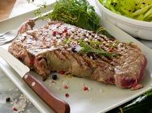 烤丁骨牛排用沙拉 免版税图库摄影