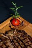 烤丁骨牛排,被烘烤的土豆 免版税库存照片