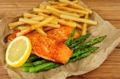 烤三文鱼内圆角和油炸物膳食 免版税图库摄影
