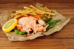 烤三文鱼内圆角和油炸物膳食 库存图片