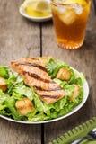 烤三文鱼凯萨色拉用油煎方型小面包片 免版税库存照片