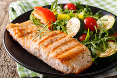 烤三文鱼和菜沙拉鲜美内圆角与芝麻菜的 图库摄影