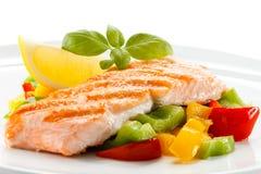 烤三文鱼和菜 免版税图库摄影