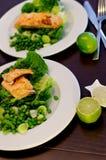 烤三文鱼和蔬菜 免版税库存照片