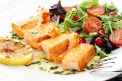 烤三文鱼和虾用新鲜的沙拉 免版税图库摄影