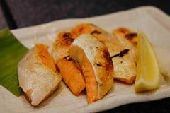烤三文鱼日本食物在东京,日本 库存照片