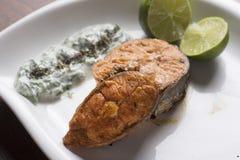 烤三文鱼柠檬和沙拉 免版税库存图片