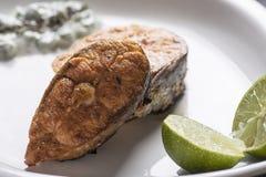 烤三文鱼柠檬和沙拉 库存图片