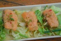 烤三文鱼用新鲜的沙拉和柠檬 选择聚焦 图库摄影