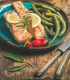 烤三文鱼用柠檬、迷迭香、辣椒和豆 库存图片
