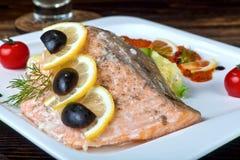 烤三文鱼用柠檬和被充塞的夏南瓜 免版税库存图片