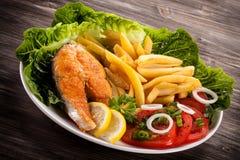 烤三文鱼用炸薯条 免版税库存图片
