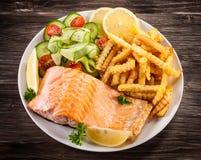 烤三文鱼用炸薯条 库存图片