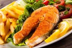 烤三文鱼用炸薯条 图库摄影