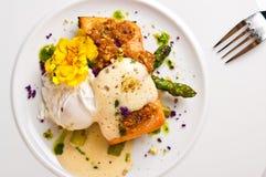 烤三文鱼用芦笋调味汁和奶油 免版税库存图片