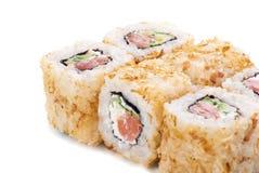 烤三文鱼皮肤寿司用黄瓜和干酪 免版税库存照片