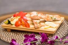 烤三文鱼蔬菜 胡椒,柠檬,茄子 免版税库存照片