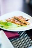 烤三文鱼鱼用在一块白色板材的沙拉 免版税库存图片